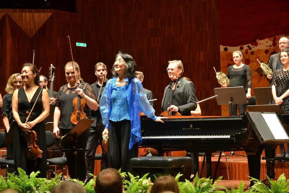 """Mitsuko Uchida macht Mozart glücklich – daran ließen sie und das """"Mahler Chamber Orchestra"""" das Publikum in Innsbruck teilhaben."""