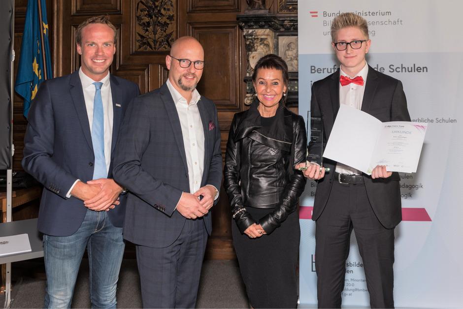 Preisverleihung im Bildungsministerium: Bernd Liebenwein, Martin Bauer, Katharina Kiss und Sieger Amir Dzelalagic (v.l.).