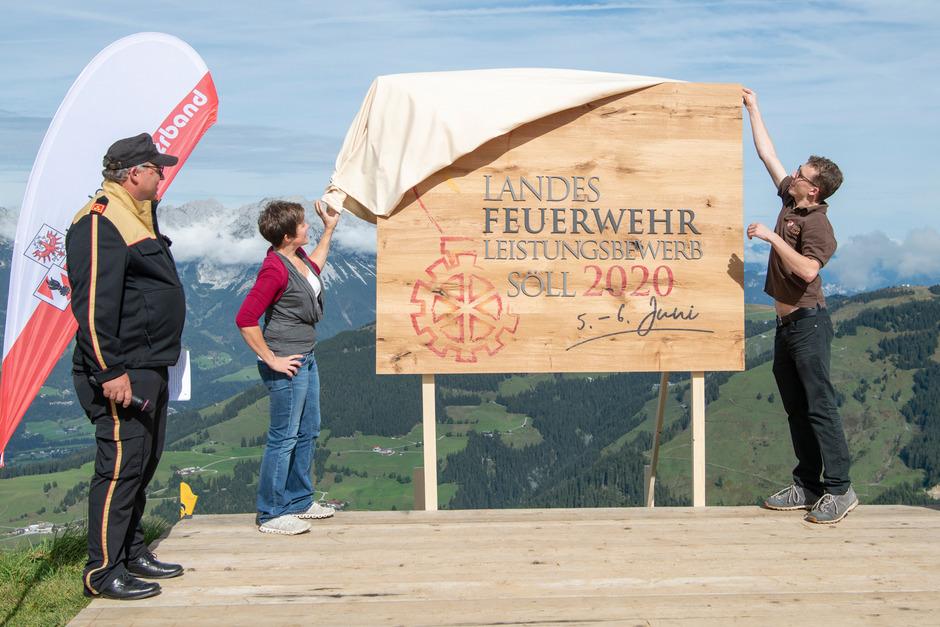 Sylvia Sulzenbacher und Fabian Koller enthüllen auf der Hohen Salve das Logo für den Wettbewerb.