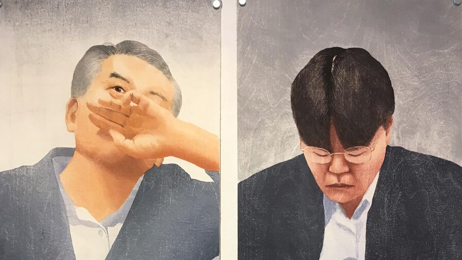 """Die koreanische Holzschneiderin Yeoreum Joh hat diese spannenden Psychogramme in Holz geschnitten. Die natürliche Maserung des Holzes wird zu dem eine abstrakte Ebene einziehenden """"Malgrund""""."""
