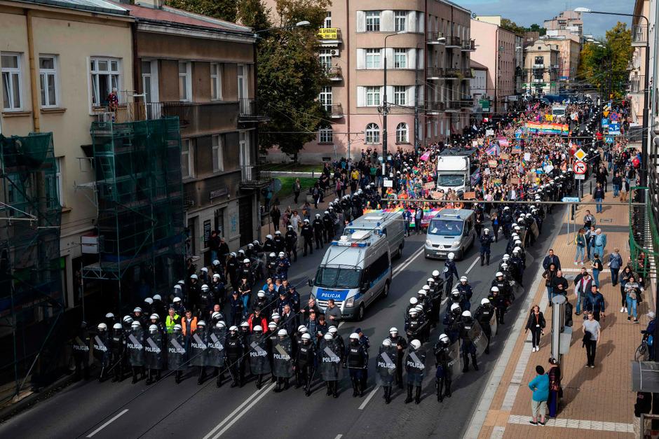 Begleitet von einem Großaufgebot der Polizei marschierten die rund 400 Teilnehmer der Gay-Pride-Parade durch die polnische Stadt Lublin.