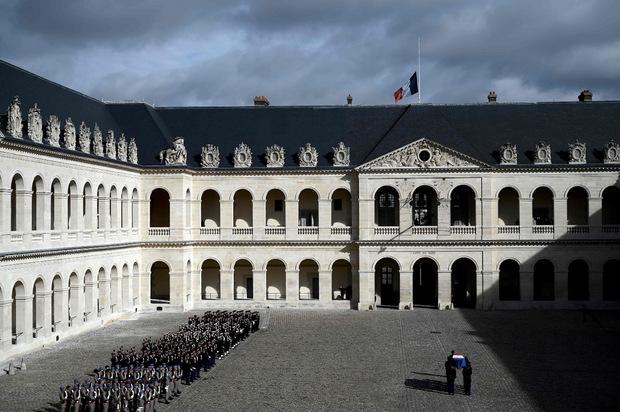 Am Morgen hatte sich Macron in der Pariser Kathedrale Saint-Louis-des-Invalides bei einer militärischen Zeremonie von Chirac verabschiedet.