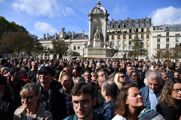 Vor der Kathedrale versammelten sich Tausende Menschen.