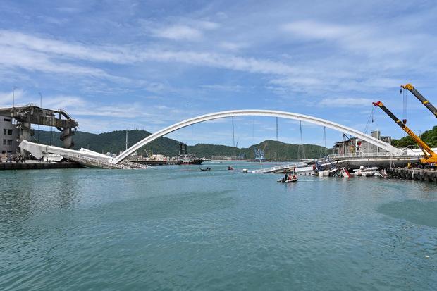 Brückenteile fielen auf einen Öltanken und mehrere Fischerboote.
