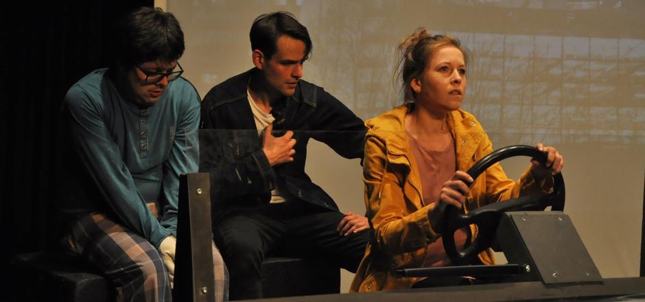 Alex (Mathias Wilhelm), Vincent (Peter Mair) und Marie (Stefanie Bauer) sind auf der Flucht (v.l.) in Richtung Süden.