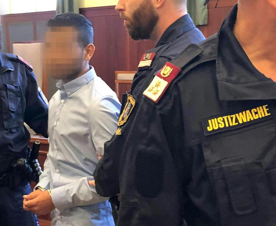 Der Angeklagte 19-Jährige, der in einem Park eine 16-Jährige getötet haben soll, vor Prozessbeginn in Wiener Neustadt.