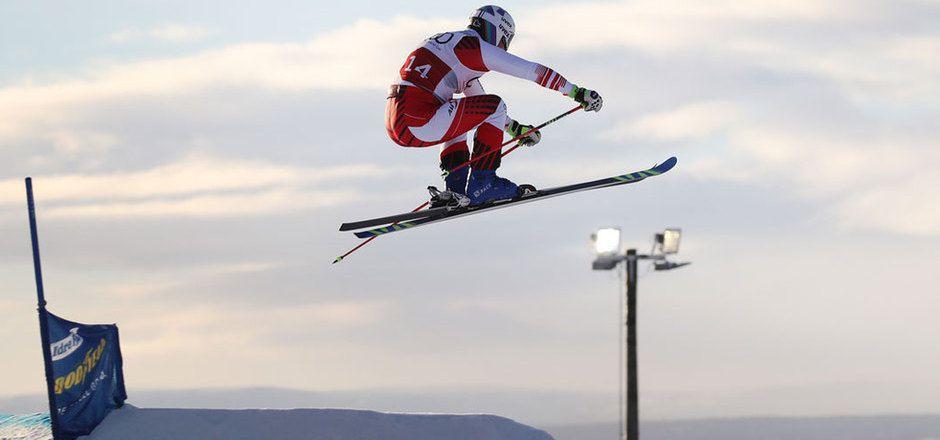 Christoph Wahrstötter hält im Skicross-Weltcup die Tiroler Fahnen hoch.