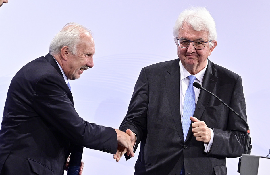 "Amtsübergabe: Ewald Nowotny (links) wurde von Nachfolger Robert Holzmann offiziell verabschiedet.<span class=""TT11_Fotohinweis"">Foto: APA/Punz</span>"
