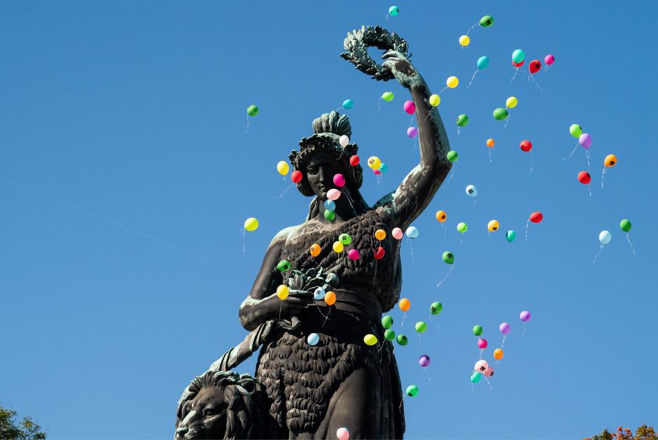 Luftballons steigen zum Platzkonzert der Wiesenwirte über der Bavaria Statue auf. (Symbolfoto)