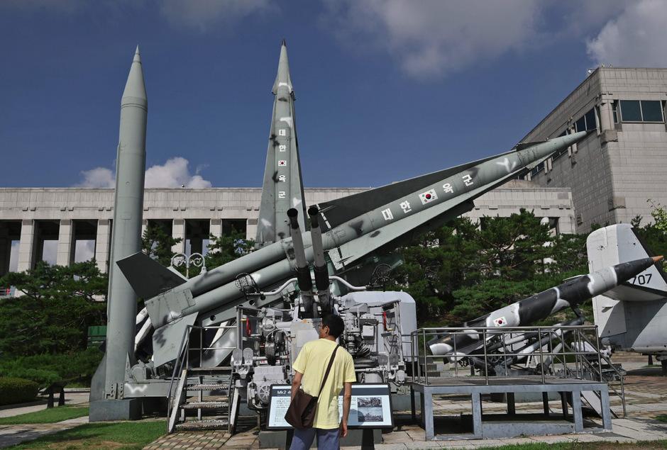 Eine Nachbildung von nordkoreanischen und südkoreanischen Raketen bei einem Kriegsdenkmal in Seoul.