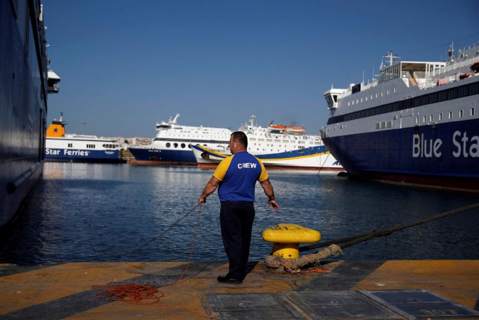 Fähren im Hafen von Piräus stehen still.