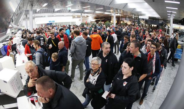 Hunderte Salzburg-Fans brachen Mittwochfrüh Richtung Liverpool auf. An Unterstützung wird es den Bullen nicht mangeln.