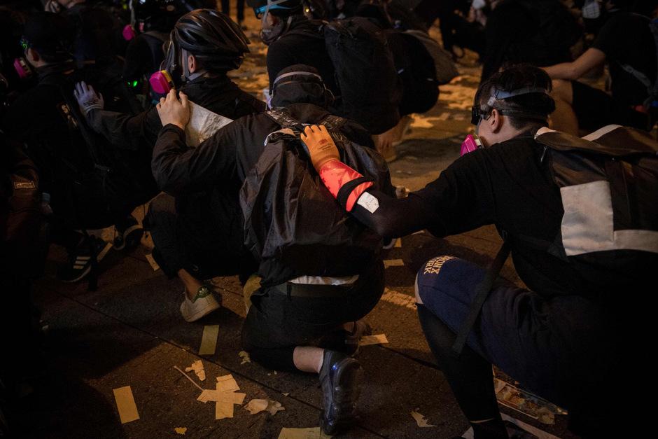 Demonstranten gehen in Deckung.