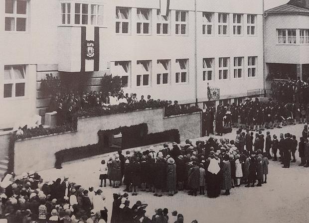 Eröffnungs- und Segnungsfeier vor dem Schulhaus war am 30. September 1928.