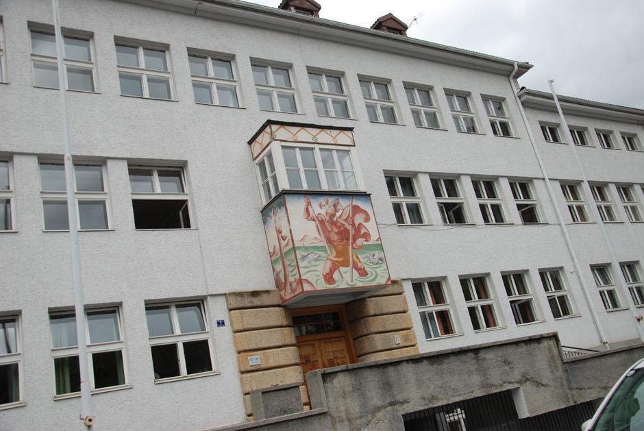 """An der einstigen Landecker """"Ausleseschule"""" – heute NMS Clemens Holzmeister – werden derzeit 158 Schüler in neun Klassen unterrichtet. Im Jubiläumsjahr 2020 sind laut BM Jörg bauliche Adaptierungen geplant."""