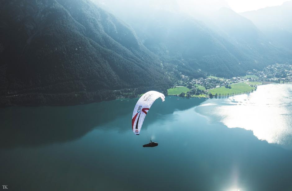 Am Achensee fliegen die Paragleiter nach einem Berglauf ins Tal.