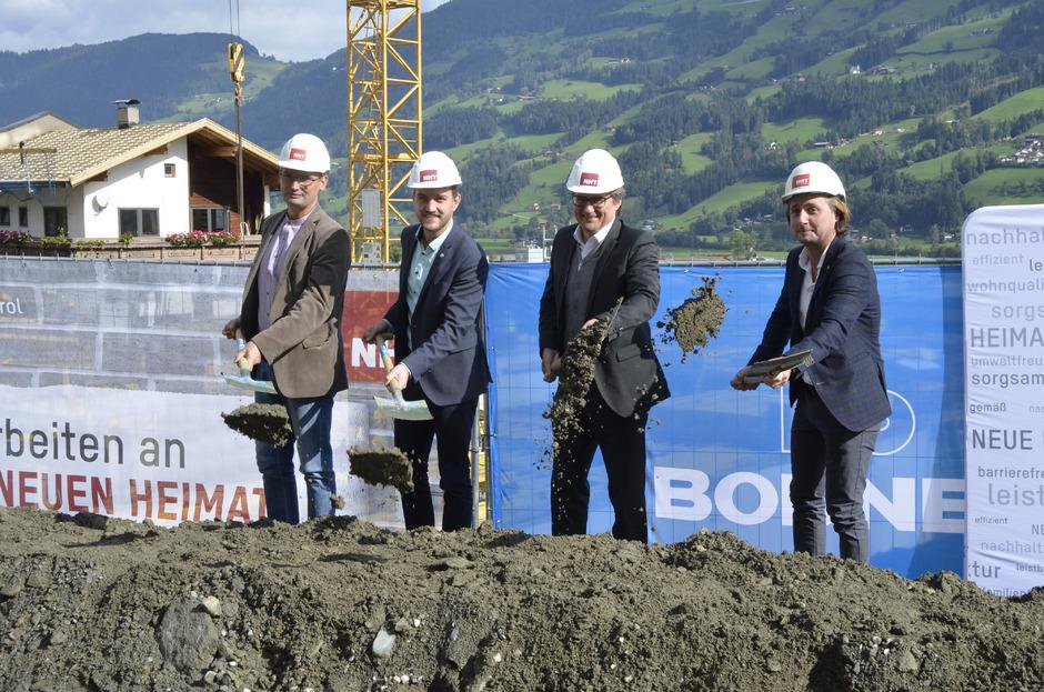 Marco Schmitt (slw), BM Dominik Mainusch, Hannes Gschwentner und Architekt Günther Gasteiger (v. l.) beim Spatenstich in Fügen.