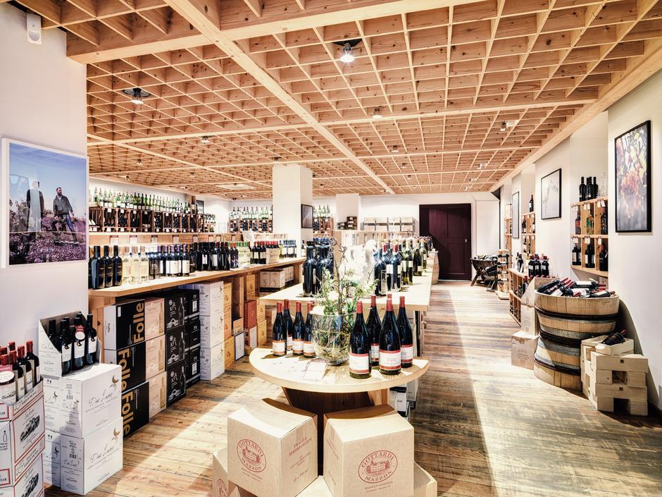 In der eleganten Vinothek Gottardi in der Innsbrucker Heiliggeiststraße 10 wählen Sie aus einer Vielzahl an Weinen aus der ganzen Welt und haben auch die Möglichkeit, die edlen Tropfen in stimmungsvollem Ambiente zu verkosten.
