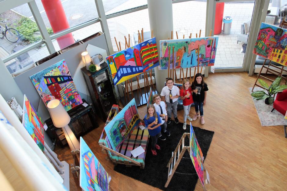 Layla O'Connor, Simon Petutschnig, Daniel Senfter, Matilda Senfter und Sara Unterguggenberger sind stolz auf die Kunstwerke.