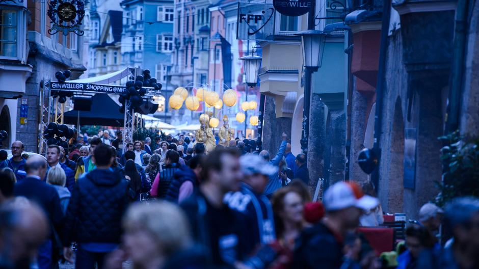 """Rund 80.000 stürmten vergangenes Jahr bei der """"Shoppingnight"""" Innsbrucks Innenstadt und die Kaufhäuser."""