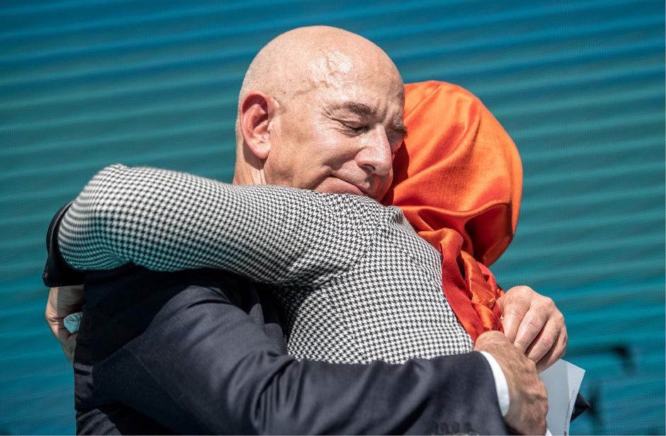 """Amazon-CEO Jeff Bezos, der auch die """"Washington Post"""" besitzt, umarmt Kahshoggis Verlobte Hatice Cengiz."""