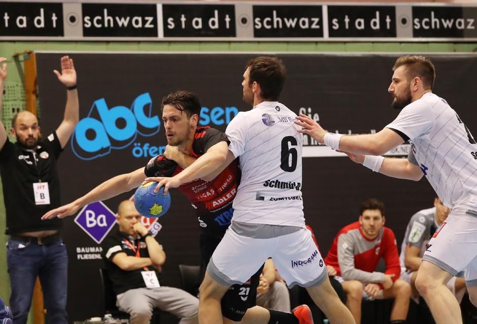 In der Stadt Schwaz will Armin Hochleitner (in Rot) im Dress von Handball Tirol wieder Gas geben.