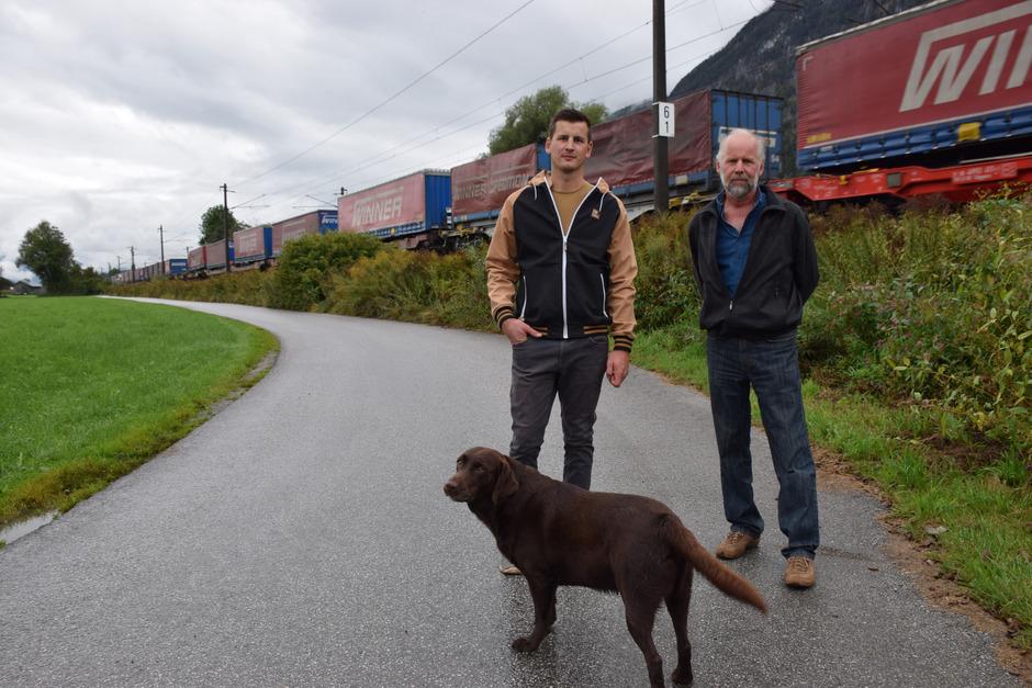 Für Gottfried Schwaiger (r.) und Sohn Thomas (im Bild mit Hofhund Aron) steht fest: Die Bahn soll auf den nördlichen ÖBB-Gründen gebaut werden, nicht – wie geplant – auf den satten Wiesen der Landwirte.