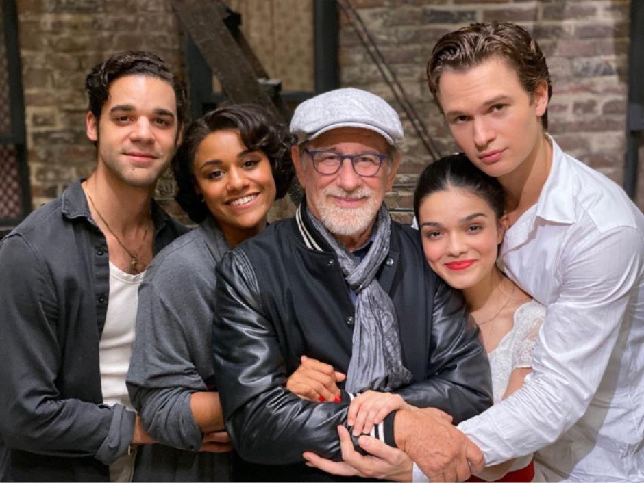 Regisseur Steven Spielberg im Kreise seiner Besetzung (v.l.):David Alvarez, Ariana DeBose, Rachel Zegler und Ansel Elgort.