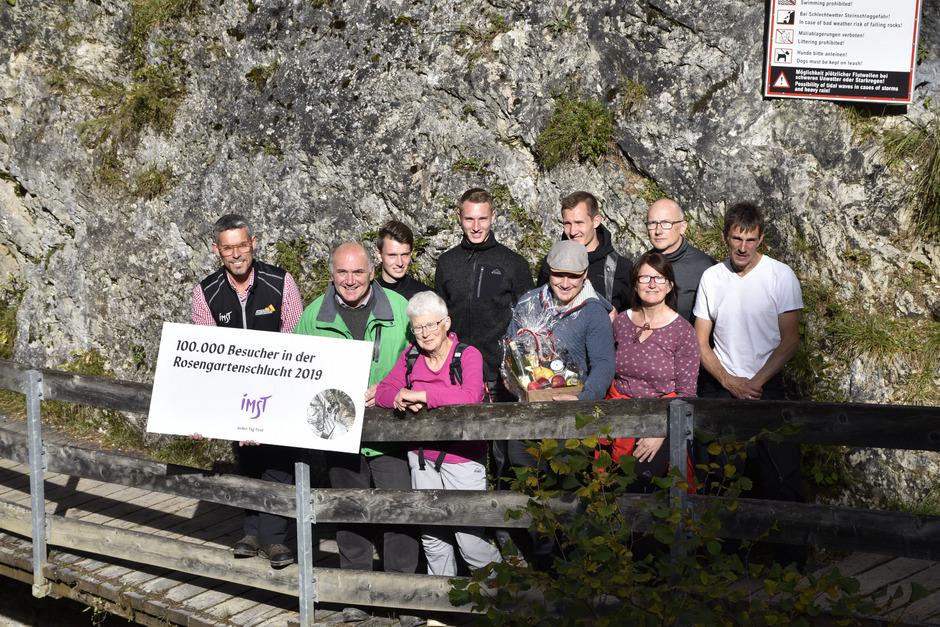 Bernhard Schöpf und Hannes Staggl (v.l.) konnten Marie-Luise Krug (M.) als 100.000. Besucherin der Rosengartenschlucht begrüßen.