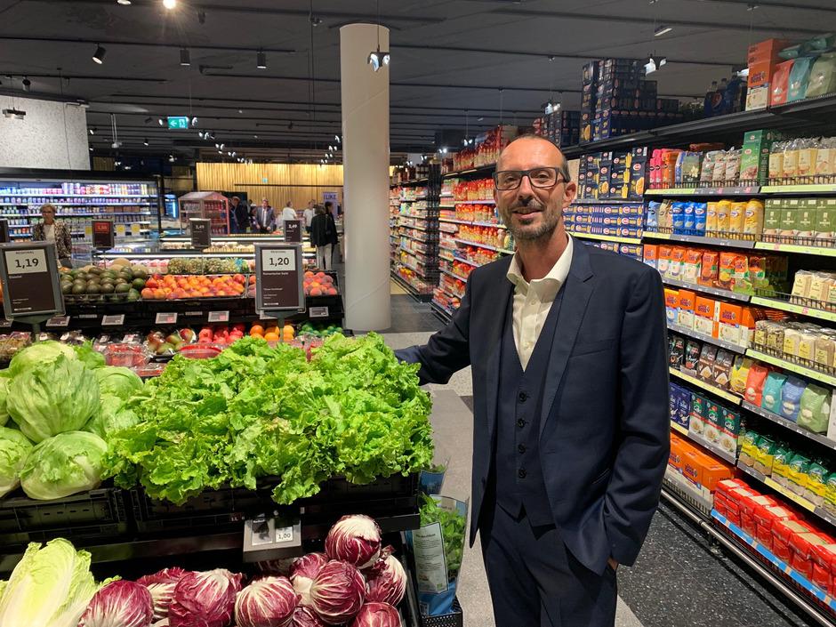 MPreis-Geschäftsführer Peter Paul Mölk in der umgebauten, hochmodernen Filiale beim Innsbrucker Einkaufszentrum Dez.