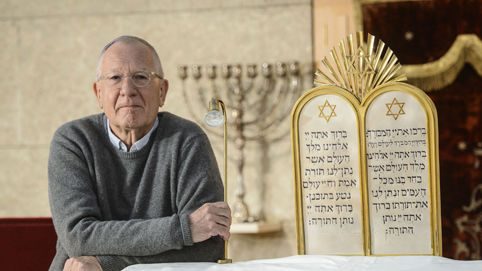 Günter Lieder, Präsident der israelitischen Kultusgemeinde, in der Synagoge in der Sillgasse.