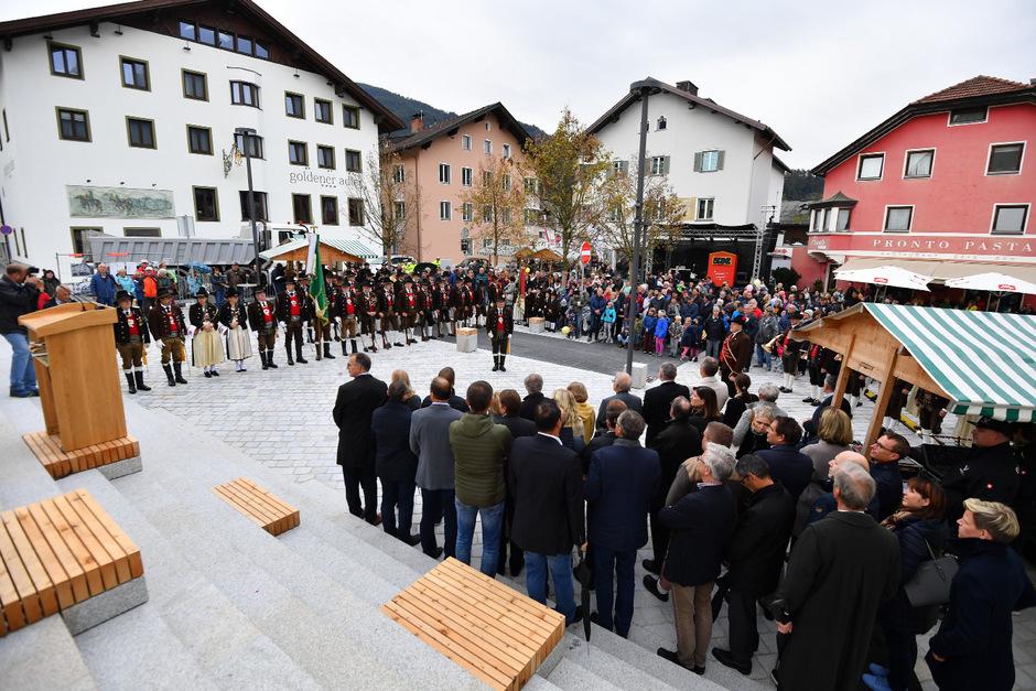 Mit einem schneidigen landesüblichen Empfang wurde der neu gestaltete Kirchplatz samt Begegnungszone gestern feierlich eröffnet.