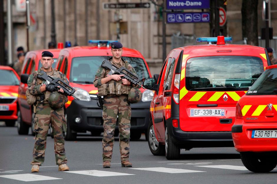 Soldaten bei der Polizeipräfektur.