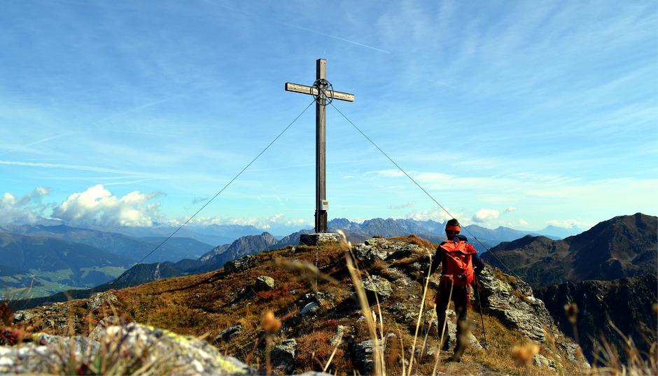 Am Gipfel der Gatterspitze erwartet ein großes Gipfelkreuz den Bergsteiger.