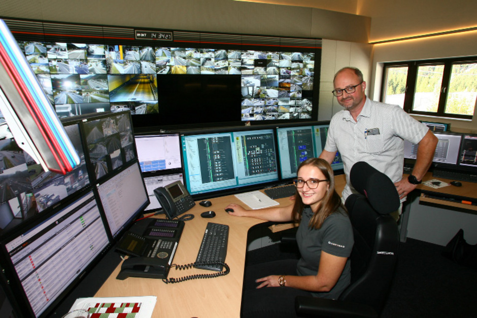 In der Tunnelwarte in St. Jakob ist Julia Jammer als erste und bislang einzige Frau als so genannter Operator im Einsatz. Chef Dieter Steinkellner ist von ihren Multitasking-Fähigkeiten begeistert.