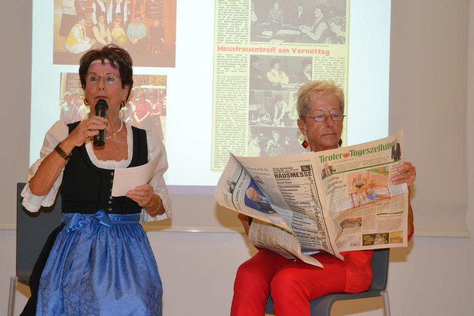 Thea Gruber (l.) und Maria Söllradl waren am Anfang der Frauentreffs mit dabei. In einem Sketch zeigten sie die Reaktionen mancher Männer auf die neue Bildungseinrichtung.