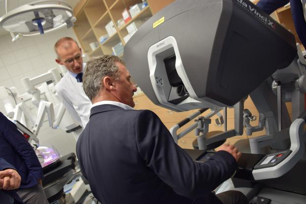 """Am Robotiksystem """"DaVinci"""" durften die Besucher selbst ihre chirurgischen Fähigkeiten unter Beweis stellen."""
