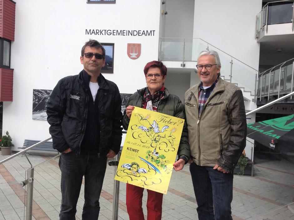 Manfred Fuschlberger, Marianne Werlberger und Wolfgang Schwaiger (von links) präsentieren das neue Kunstfieber-Plakat 2019 von Sabine Fliri (Fieberbrunn, Innsbruck).