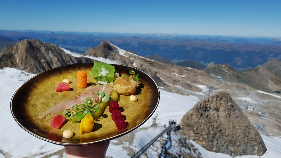 """Einer der Programmpunkte der """"Festspiele der Alpinen Küche"""" wurde auf 3200 Metern am Kitzsteinhorn serviert: Hochfilzer Gebirgsforelle mit heimischem Gemüse."""
