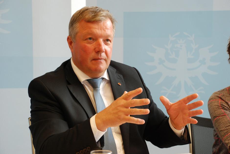 """""""Wir müssen jungen Menschen und Wiedereinsteigern klar machen, dass der Pflegeberuf Zukunft hat"""", sagt Bernhard Tilg (Landesrat)."""