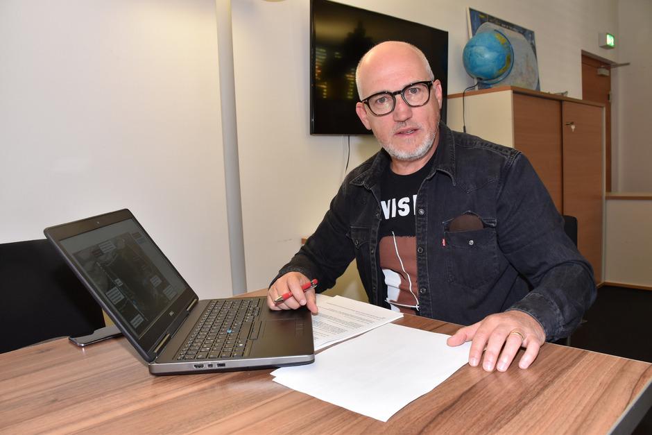 Der Sprecher der Initiative, Wolfgang Schweißgut, präsentiert in der Reuttener TT-Redaktion das Verhandlungsergebnis.