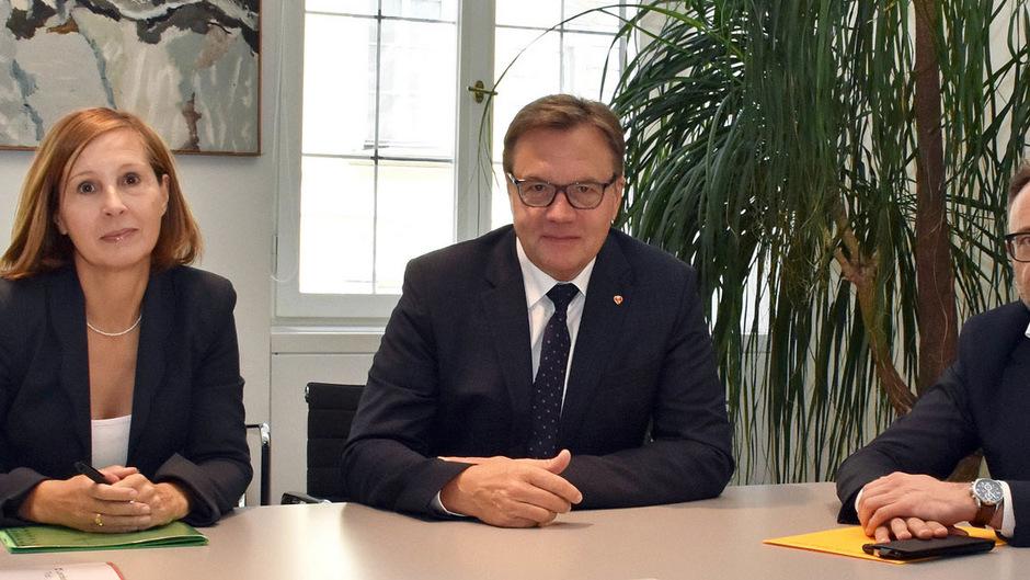 LR Gabriele Fischer arbeitet ein Gesetz für die Missbrauchsopfer aus, LH Günther Platter will Klarheit.