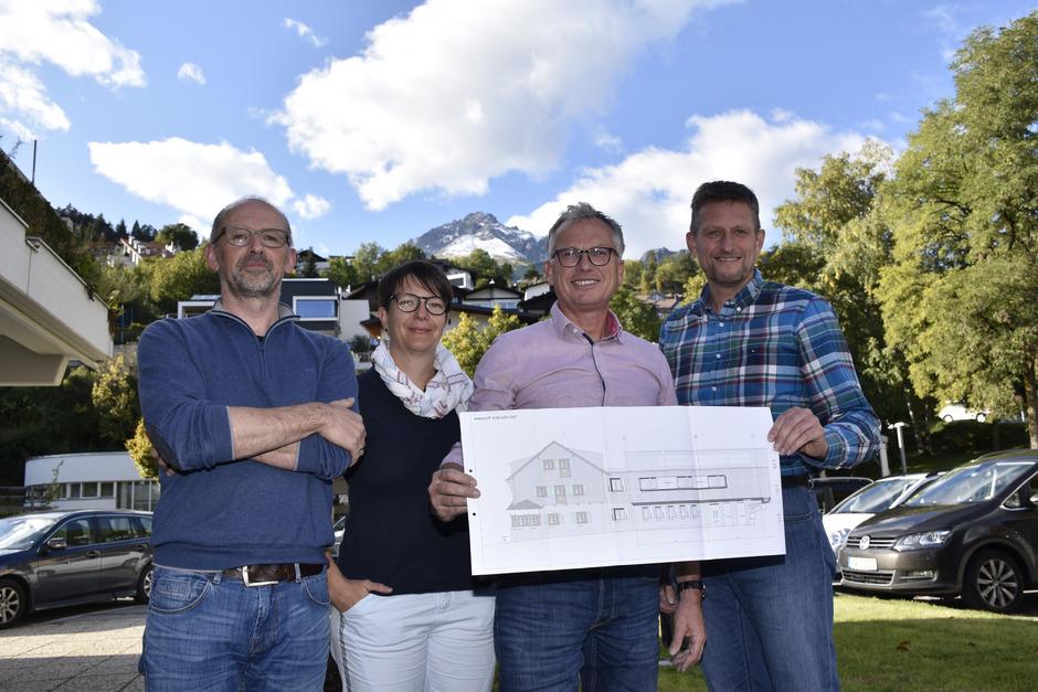 Christof Birkel, Stefanie Arnold, Rudolf Mager und Jürgen Ewerz (v.l.) zeigen stolz die Pläne der Anhalter Hütte.