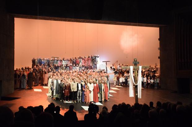 Schlussbild bei den Passionsspielen Erl 2019: Am Ende kamen noch einmal alle auf die Bühne des Festspielhauses.