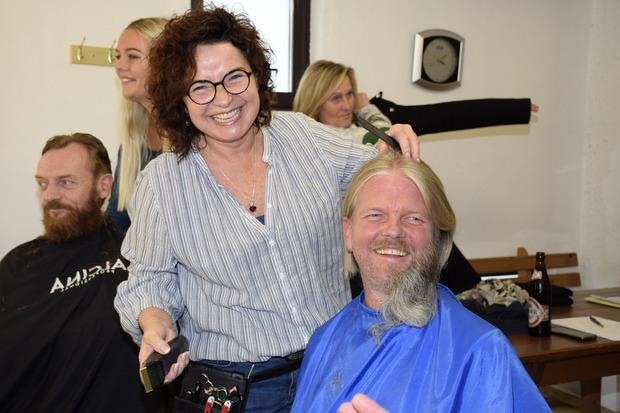 Ein kleiner Spaß für das Foto: Rudi Bucher mit halbem Bart.