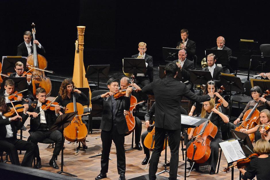Violinist Timothy Chooi und Dirigent Valentin Uryupin begeisterten mit dem Orchester der Tiroler Festspiele beim Erler Erntedank.
