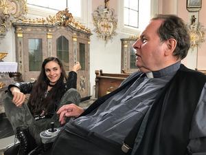 Sofia (Jasmin Mairhofer) und Pfarrer Anton (Ottfried Fischer).