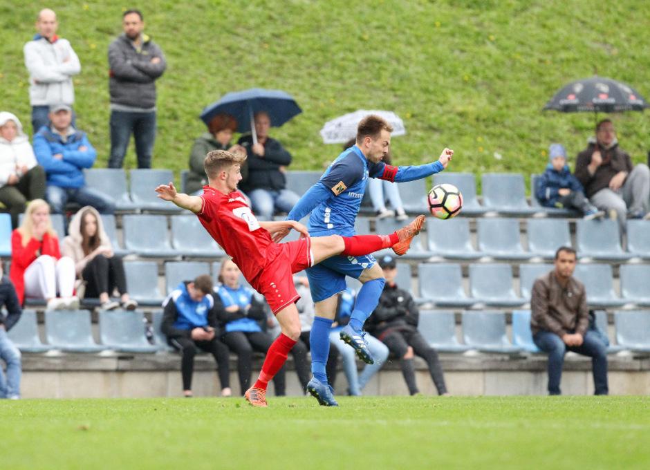 Und hoch das Bein: Lukas Steinbacher (SVI) im Zweikampf mit dem Milser Kapitän Manuel Eiterer (r.)F