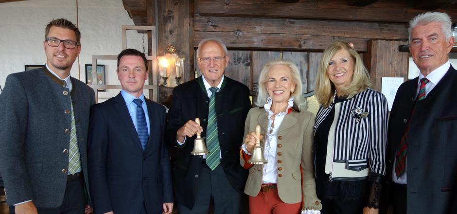 Raimund Margreiter (3.v.l.) und Ingeborg Freudenthaler (3.v.r.) freuten sich über symbolische Friedensglocken und die Glückwünsche von (v.l.) BM Christian Härting, Herbert T. Maier, BM Johanna Obojes-Rubatscher und Josef Federspiel.