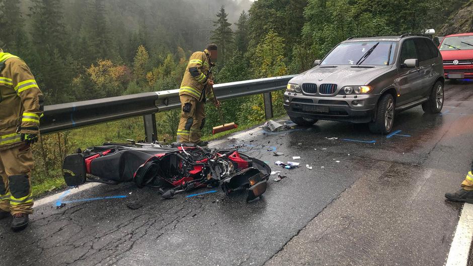 Der Motorradfahrer hatte die Kontrolle verloren, war gestürzt und gegen das vom Lenker bereits angehaltenen Auto geprallt.